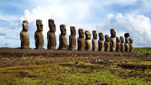 Каменные моаи на острове пасхи