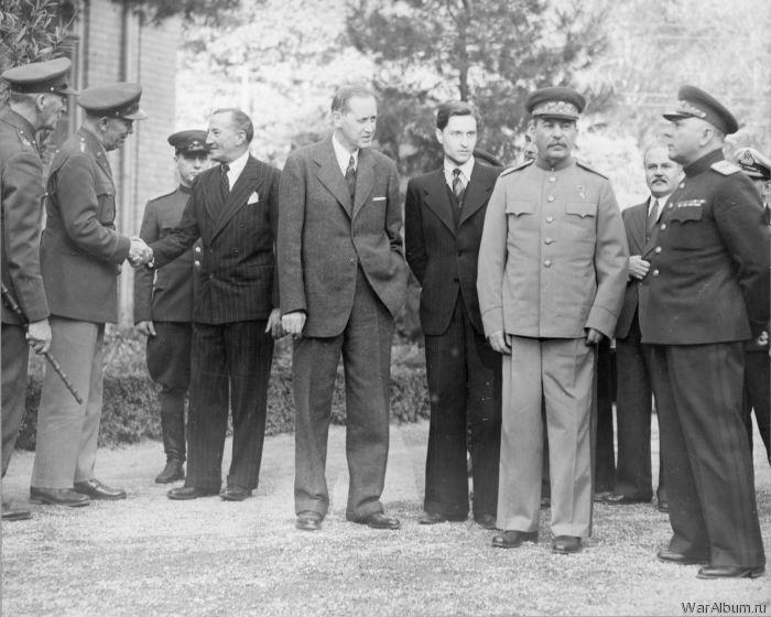 Делегации возле советского посольства в Тегеране