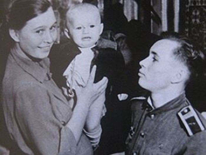 Летчик -космонавт Валентин Бондаренко с семьей