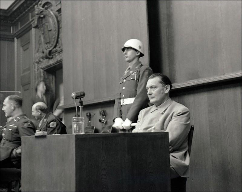 Подсудимый Г.Геринг отвечает на вопросы обвинителя Р.Джексона во время Нюрнбергского процесса.