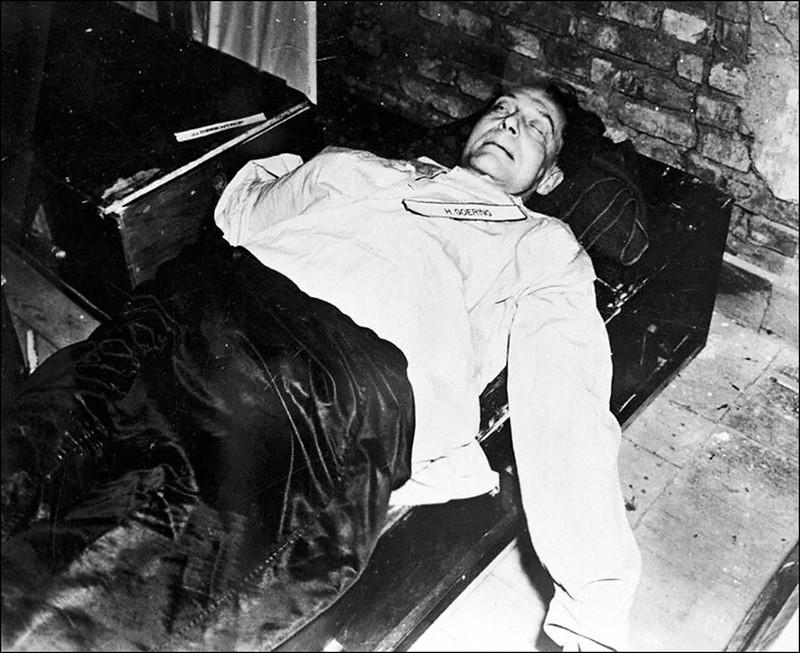 Труп Геринга, совершившего самоубийство