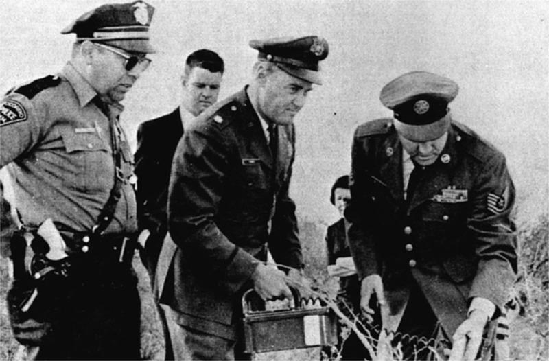 Случай в Сокорро. Лонни Замора (крайний слева) и представители ВВС на месте посадки НЛО.