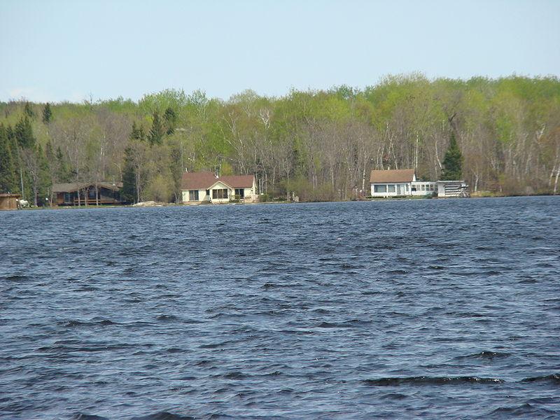 Поселок Фалкон Лейк на озере Фалкон