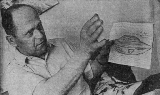 Стефан Михалак демонстрирует свой рисунок НЛО