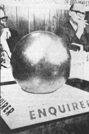 Шар на заседании комиссии газеты National Enquirer