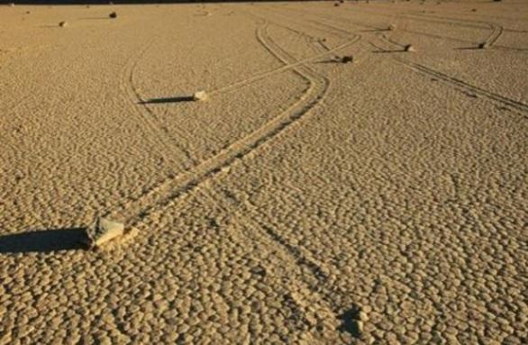 Камни движутся в разных направлениях