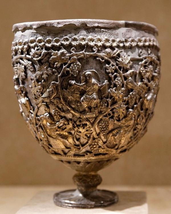 Старинная чаша, одна из возможных претендентов на роль Грааля