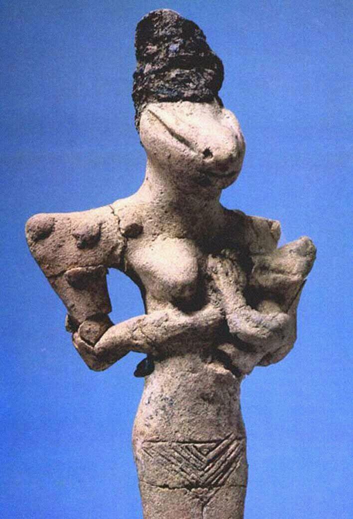 Женщина-ящер кормит грудью ребенка-рептилоида