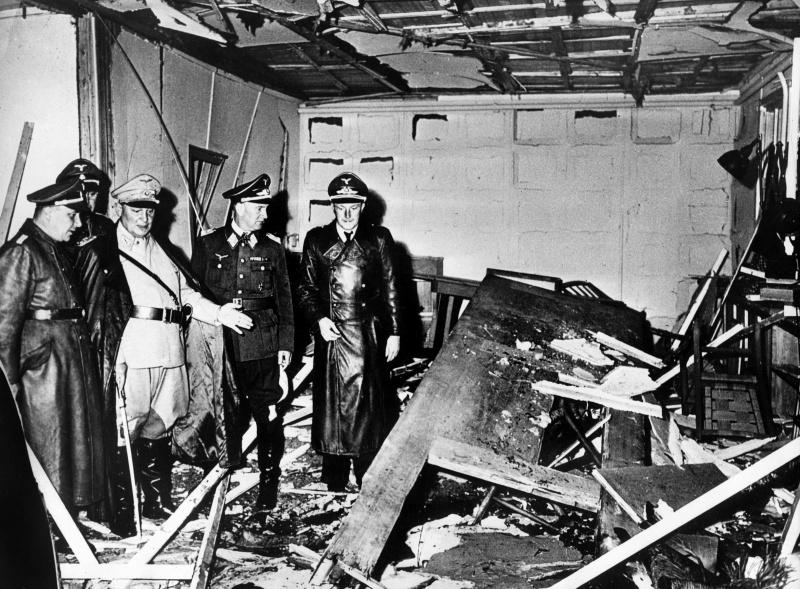 Мартин Борман, Герман Геринг и Бруно Лерцер осматривают разрушенную после взрыва переговорную