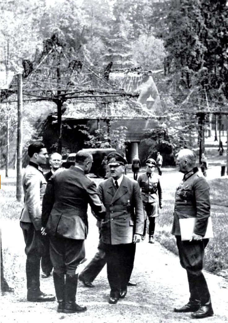 Штауффенберг и Адольф Гитлер, 15 июля 1944 года.