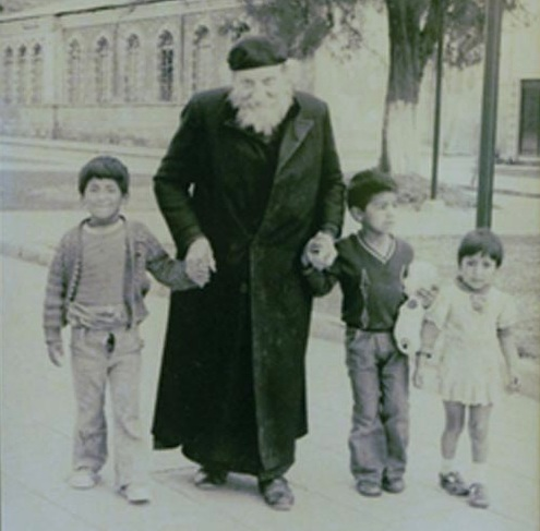 Падре Креспи с индейскими детьми