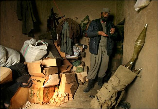Лейтенант-полковник Амануддин осматривает патроны, которым больше сорока лет. Фото The NYT.