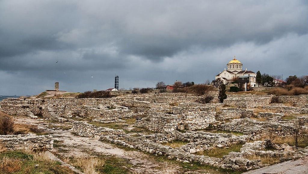 Руины Херсонеса и собор Св. Владимира