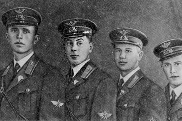 Василий Сталин - выпускник авиа школы (2й слева)