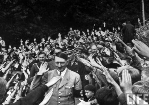 Восторженная толпа приветствует Адольфа Гитлера