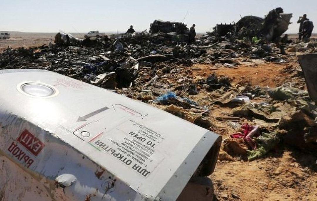 Обломки самолета и останки тел