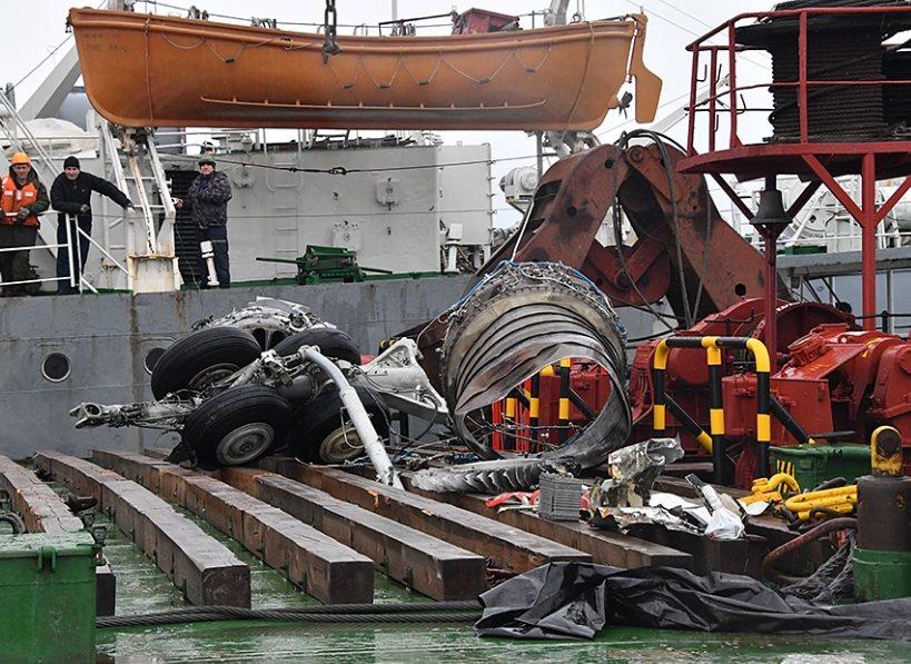 Обломки самолета, поднятые со дна Черного моря