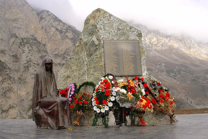 Памятник погибшим при сходе лавины в Кармадонском ущелье в 2002 году