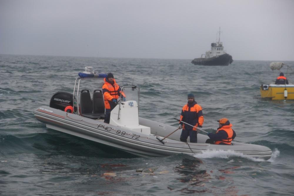Спасатели вылавливают в море останки пассажиров ТУ 154