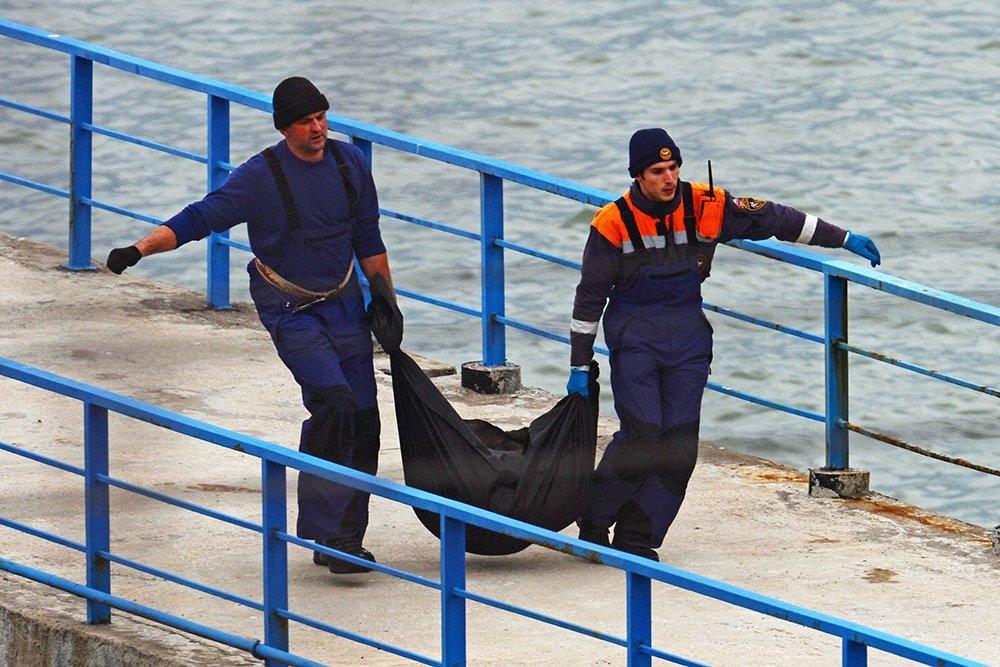 Спасатели извлекают из моря Останки тел после авиакатастрофы в Сочи