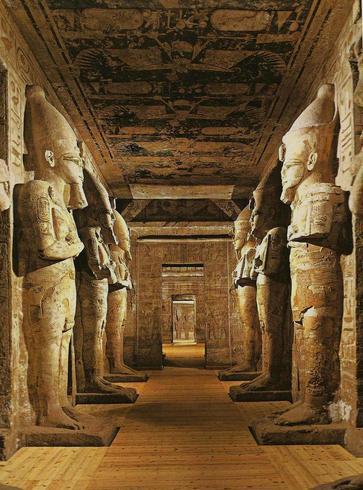 Статуи внутри храма Абу-Симбела