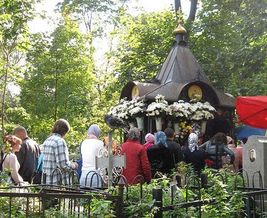 У могилы Святой Матроны всегда есть люди