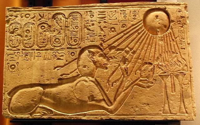 Фараон Эхнатон в образе Сфинкса в лучах Бога Атона