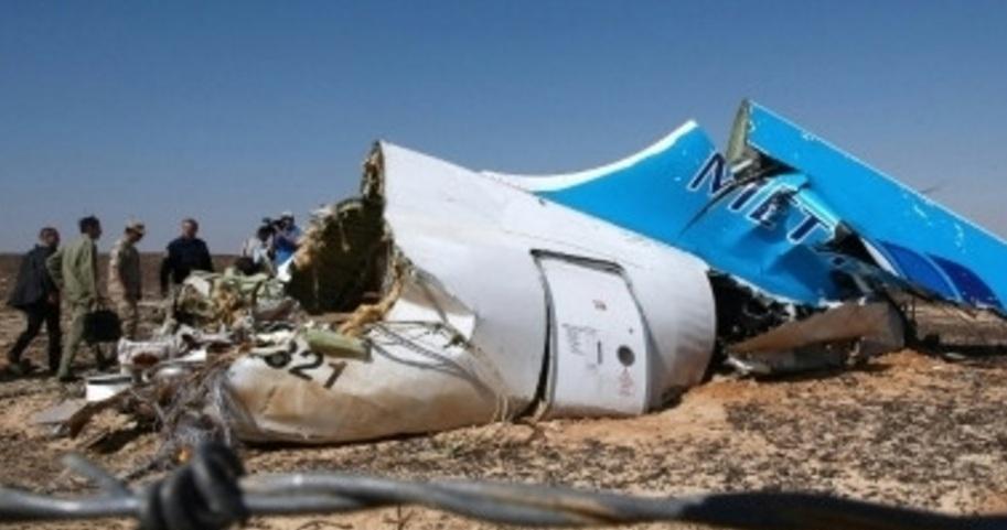 Эксперты изучают обломки самолета