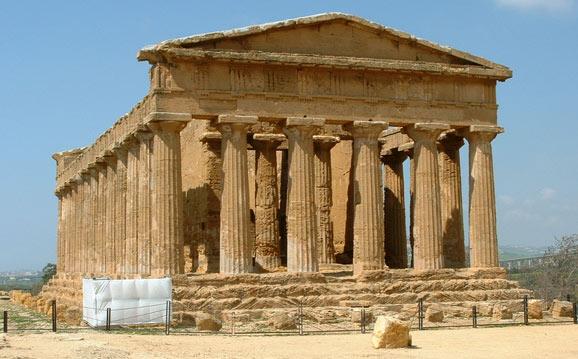 Древний храм Аполлона в Дельфах