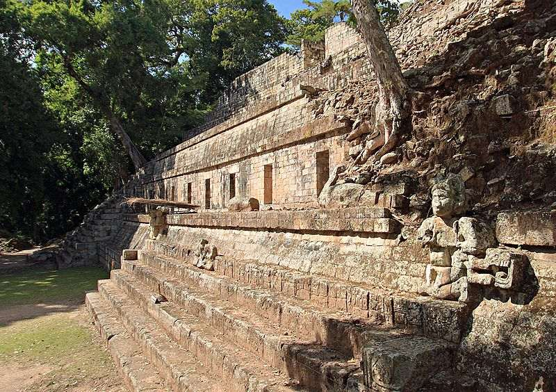 Руины строения в городе Копан